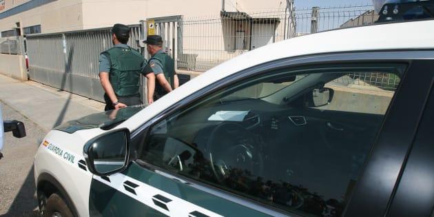 Agentes de la Guardia Civil continúan esta mañana registrando los vehículos de aquellos empleados que salen de una imprenta ubicada en un polígono industrial de Constantí (Tarragona).