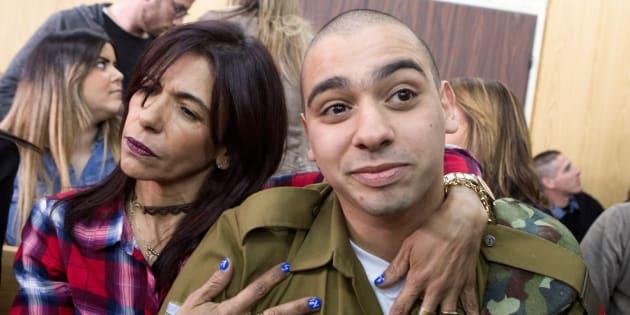 El soldado Elor Azaria, abrazado por su madre durante el juicio en el que fue condenado.