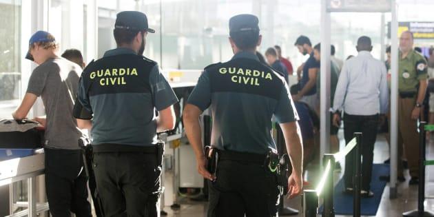 Una pareja de guardias civiles, de refuerzo en el aeropuerto barcelonés de El Prat, el pasado agosto.