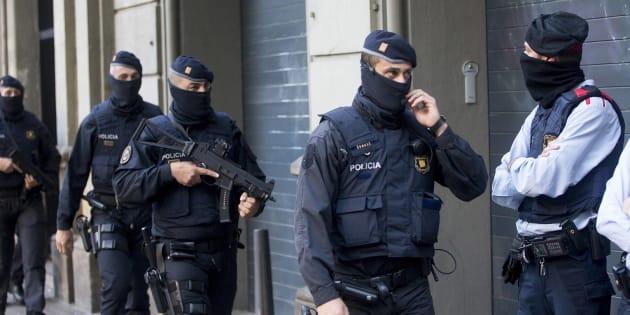 Un grupo de Mossos, desplegados durante el operativo de caza a los yihadistas de Ripoll.
