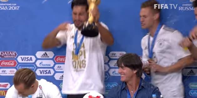 Joachim Löw douché au champagne pour fêter la victoire de l'Allemagne en Coupe des confédérations