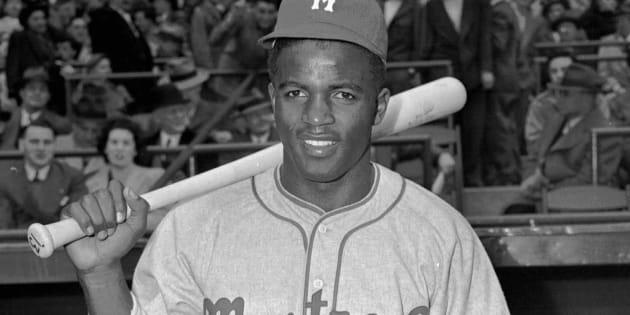 Jackie Robinson, des Royals de Montréal, pose le 18 avril 1946. Robinson a brisé la barrière de couleur et a changé le baseball à jamais.