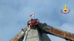 I Vigili del Fuoco issano la bandiera della città sul Ponte Morandi: