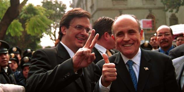 """En 2003, Rudolph Giuliani (der) visitó la Ciudad de México a la que asesoraba en temas de seguridad. En medio de un enorme operativo policial, el ex alcalde de Nueva York y el entonces secretario de Seguridad Pública del DF, Marcelo Ebrard, caminaron algunas calles del centro donde Giuliani """"tomó el pulso"""" de lo que sucedía en la capital."""