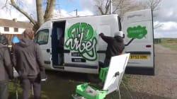 À Calais, un bus offre des heures de détente sur Internet aux