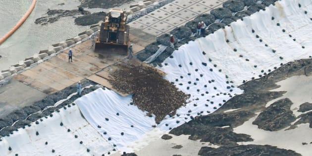 辺野古の埋め立て海域に投入される土砂=2018年12月14日午前、沖縄県名護市