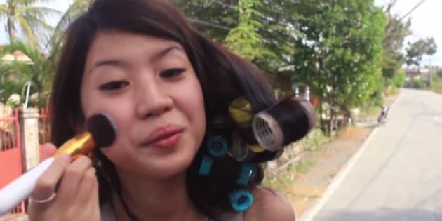 Cette jeune femme fait ses tutos beauté dans lieu bien particulier