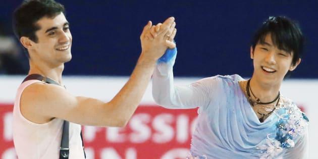 世界フィギュアのエキシビションで、笑顔のハビエル・フェルナンデス(左、スペイン)と羽生結弦(ANA)=2015年2月、中国・上海