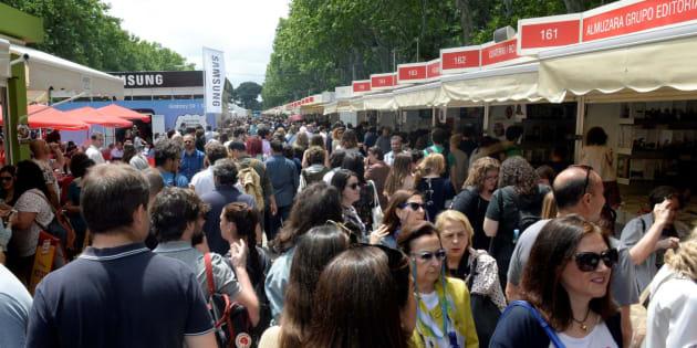 Asistentes a la Feria del Libro de Madrid.