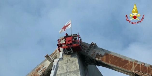 I Vigili del Fuoco issano la bandiera della città sul Ponte Morandi |   Omaggio a