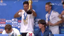 Joachim Löw douché au champagne pour fêter la victoire en Coupe des