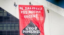 Des militants de Greenpeace escaladent le Stade