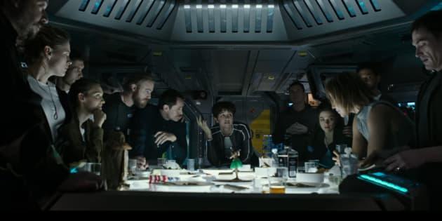 """L'équipage au complet à bord du vaisseau Covenant lors de leur """"dernier repas"""""""