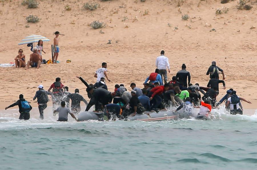 Des migrants accostent sur une plage espagnole sous le regard des touristes