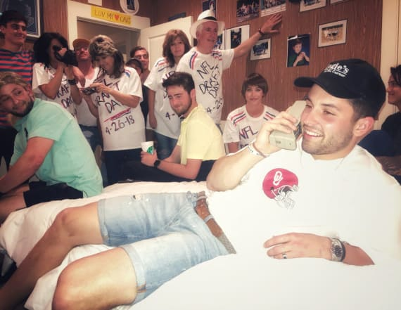 Baker Mayfield recreates iconic Favre photo