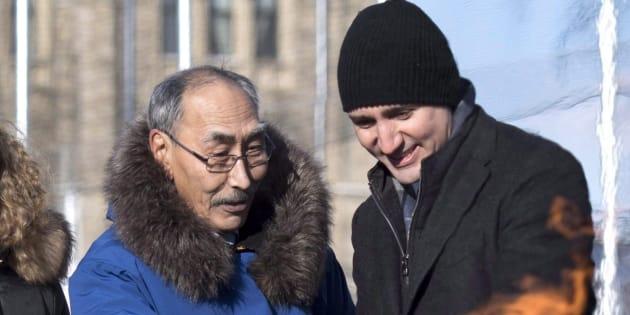 Le premier ministre du Nunavut Paul Quassa et le premier ministre du Canada Justin Trudeau regardent la Flamme du centenaire, devant le Parlement d'Ottawa, au cours d'une cérémonie pour marquer l'ajout d'une plaque représentant le Nunavut. 13 décembre 2017.