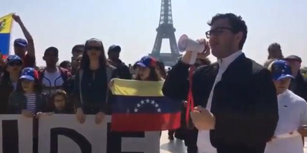 """Cet ex-candidat de """"Nouvelle Star"""" chante l'hymne vénézuélien à Paris pour contester le scrutin"""