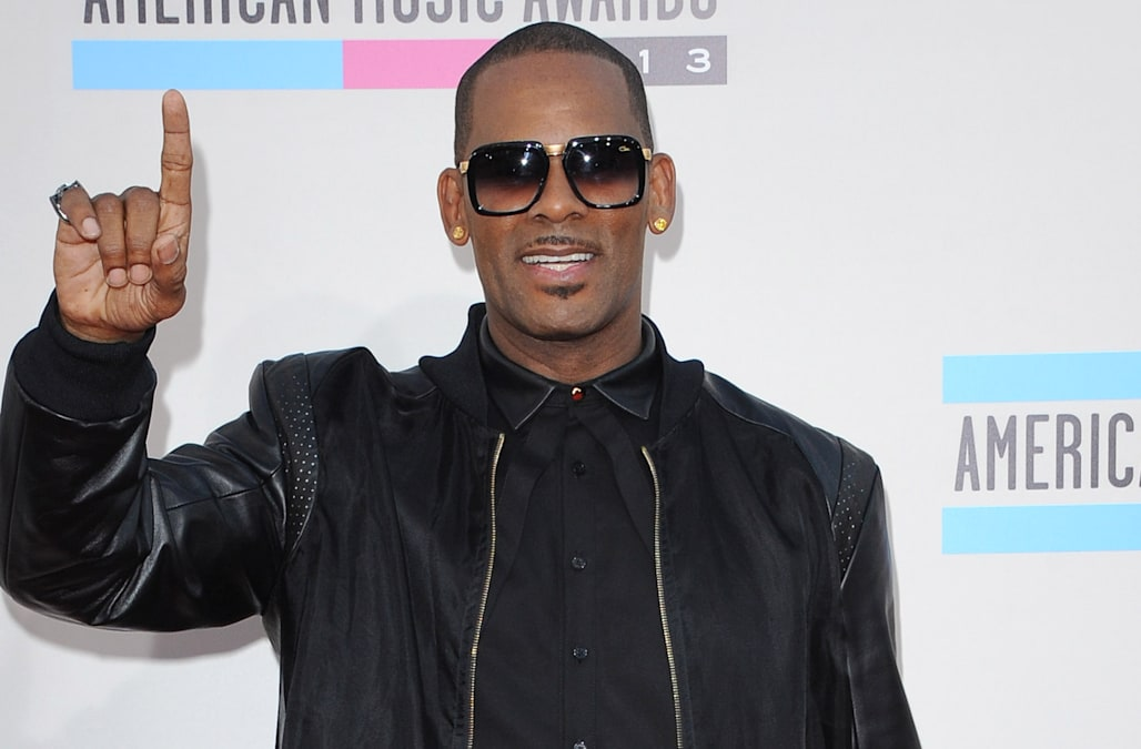 R  Kelly performs at packed nightclub after numerous women come