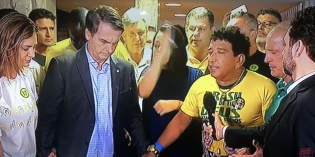 Em agradecimento a vitória de Jair Bolsonaro (PSL), o senador Magno Malta (PR-ES) conduziu uma oração no dia em que saiu o resultado da eleição.