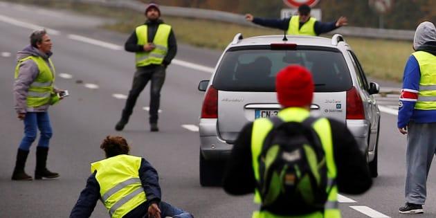 Comme ici à Donges dans l'ouest de la France, des milliers de gilets jaunes se sont rassemblés ce 17 novembre; une mobilisation qui a donné lieu à de nombreux incidents.