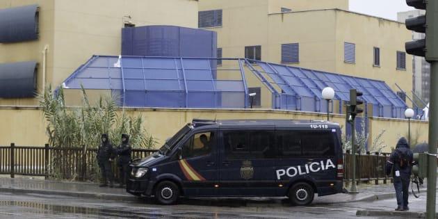 La Policía Nacional, a las puertas del CIE de Aluche tras otro motín, en el otoño de 2016.