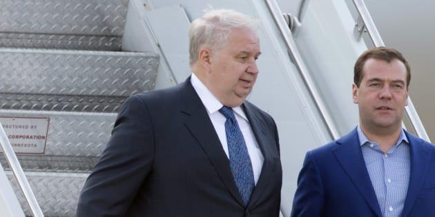 Sergueï Kisliak et Dmitri Medvedev arrivent à l'aéroport de Dulles aux États-Unis en mai 2012.