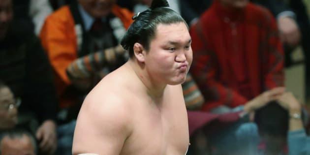 嘉風にはたき込みで敗れて2敗目となり、悔しそうな表情の白鵬=1月17日、東京・両国国技館