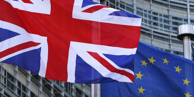 Las banderas de Reino Unido y la UE ondean frente a la sede de la Comisión Europea.