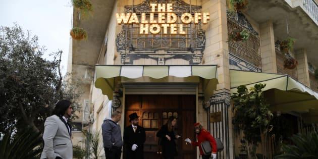 Entrada del hotel decorado por Banksy en Belén (Cisjordania).