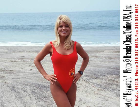 'Baywatch' babe Donna D'Errico flaunts bod