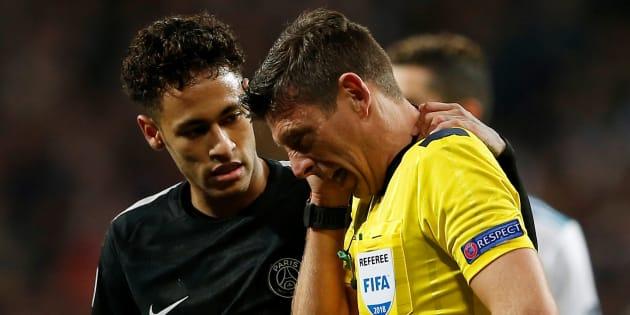 Neymar et l'arbitre de Real Madrid-PSG le 14 février 2018.