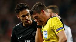Quand Neymar met KO l'arbitre de Real