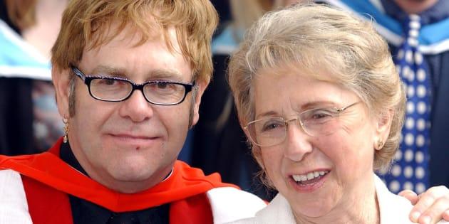 Elton John rend hommage à sa mère décédée