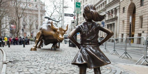 Le sculpteur Arturo di Modica et son avocat Norman Siegel ont demandé à la ville de New York d'enlever la statue provocatrice de cetemplacement.