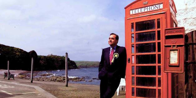 Alex Salmond junto a la cabina de teléfonos de Pennan, el pueblo escocés donde se rodó 'Un tipo genial' ('Local Hero') en 1983