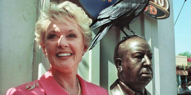 L'ancienne actrice Tippi Hedren, à côté de la statue de bronze d'Alfred Hitchcock aux Studios Universal à Los Angeles, le 27 juin 1999.