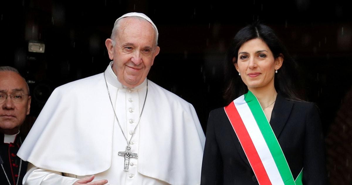 """Papa Francesco in Campidoglio chiede una """"rinascita morale di Roma"""""""