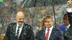 ロシアW杯表彰式でプーチン大統領だけ傘、に批判集まる