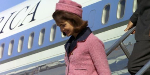 Jacqueline Kennedy descend de l'Air Force One à Dallas, le 22 novembre 1963.