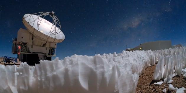 Des pénitents au pied du téléscope APEX à plus de 5000 mètres dans le désert de l'Atacama au Chili