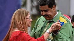 Maduro se convierte en bailarín y cantante para avivar su