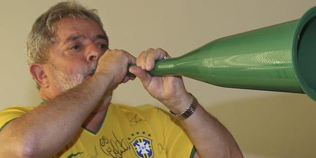 O então presidente Lula toca vuvuzela durante a Copa do Mundo de 2010.