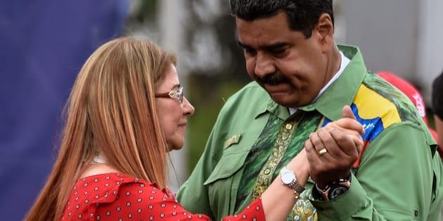 Nicolás Maduro baila con su mujer, Cilia Flores, en un mitin.