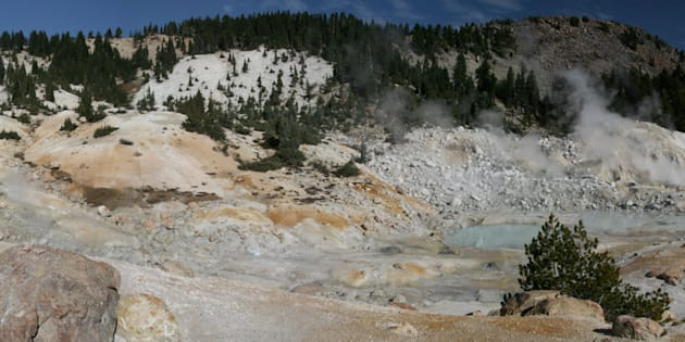 Des météorites tombées dans des mares chaudes seraient à l'origine des premiers éléments de base de la vie, selon une nouvelle étude. (photo d'illustration, zone hydrothermale du parc national volcanique de Lassen).