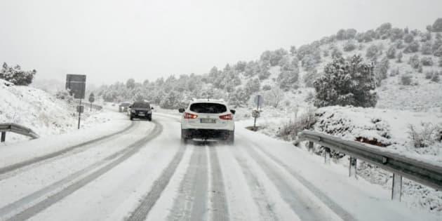 Imagen de archivo de una carretera con nieve en Cataluña.
