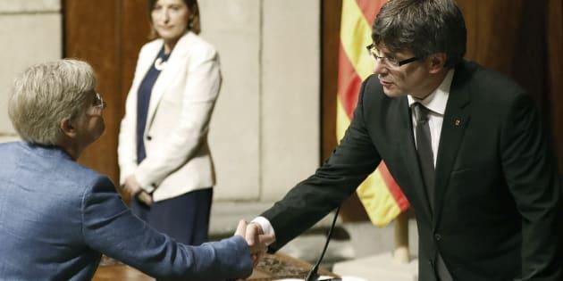 La nueva conseller de Educación, Clara Ponsatí, saluda al presidente de la Generalitat, Carles Puigdemont.