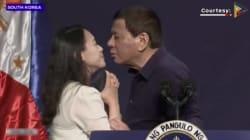 El presidente de Filipinas, Rodrigo Duterte, obliga a una mujer a besarlo en los