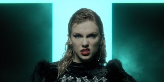 """Na sala do trono de Taylor a frase """"Et tu Brute"""" (Até tu, Brutus?) aparece nas colunas e no trono dourado da cantora."""