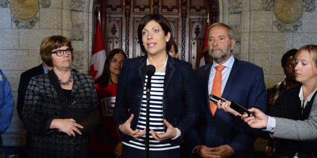 Karine Trudel, au centre, tient une conférence de presse concernant son projet de loi privé C-234, à Ottawa, le 27 septembre 2016. PC/Sean Kilpatrick