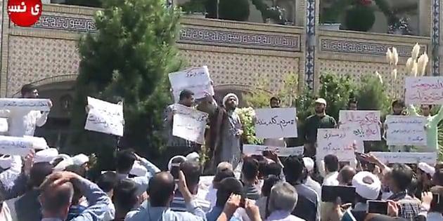 Un religieux s'adresse à des manifestants le 3 août à Machhad, en Iran, où les tensions montent notamment à cause de la situation économique.
